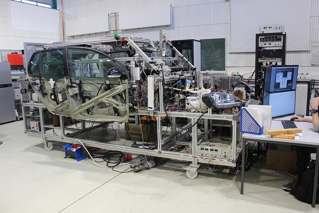 Bordnetzprüfstand: alle elektrischen und elektronischen Komponenten eines KfZ auf einem Versuchsträger.