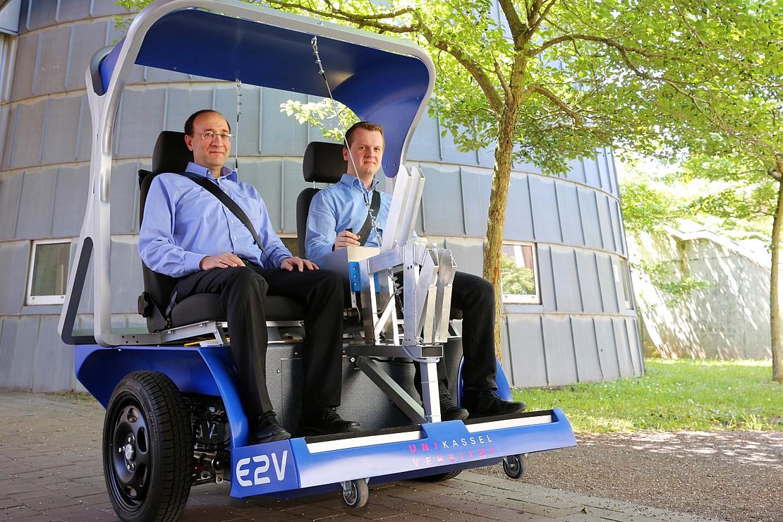 Einachsfahrzeug mit zwei Sitzplätzen besetzt mit zwei Personen: Dr. Ayeb und Dr. Oborowski