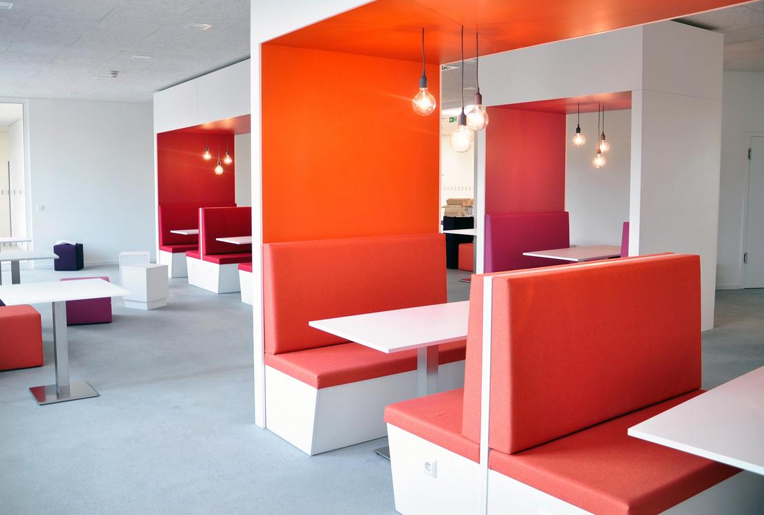 Lounge-Moebel und Lernboxen im LEO - Lernort