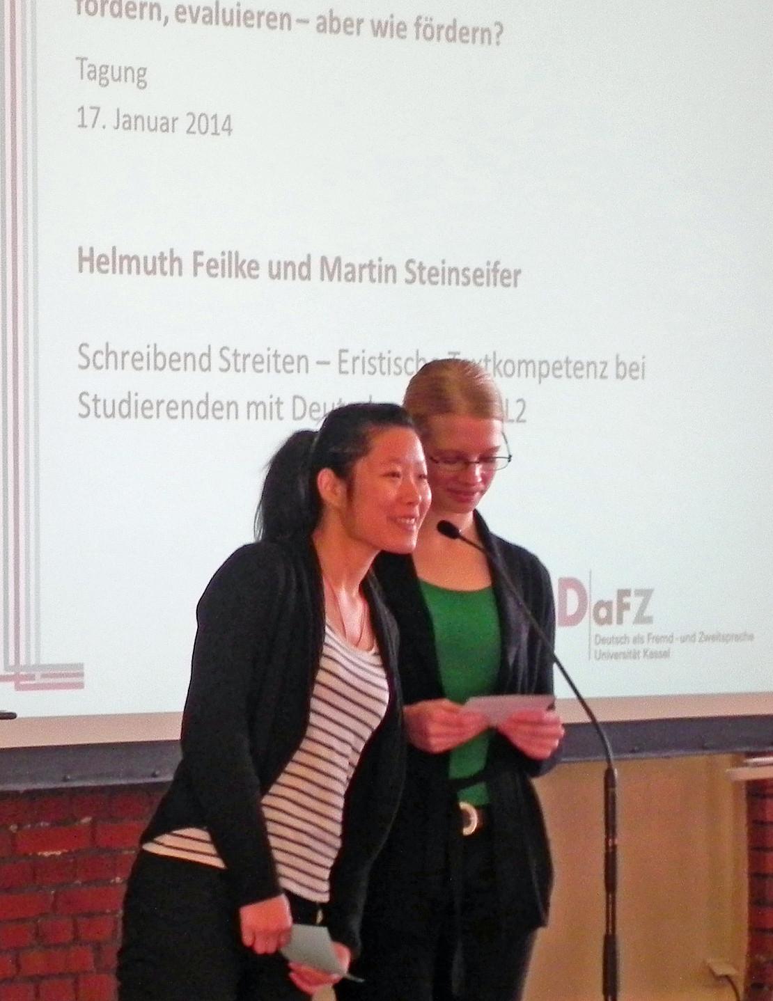 zwei Studentinnen am Mikrofon