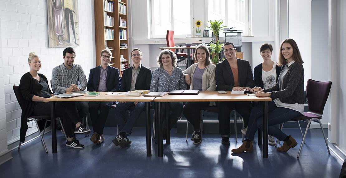 Personenfoto Gruppe am Tisch