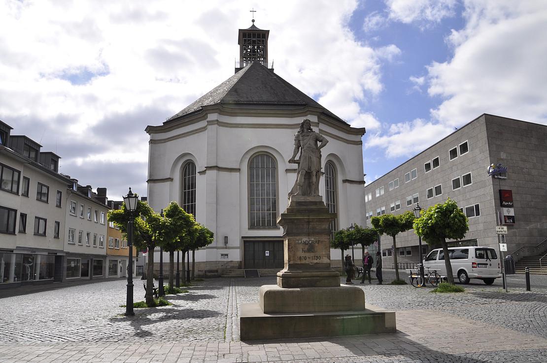 Karlskirche hinter Landgraf Karl Denkmal